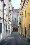 Oude donkere straat in de diepte van de stad van Lissabon Royalty-vrije Stock Foto's