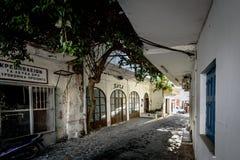 Oude donkere straat met verlaten huizen in de stad van Chora Sfakion op het eiland van Kreta, Griekenland Royalty-vrije Stock Foto's