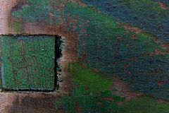 Oude donkergroene verf op een houten bijenkorf stock afbeeldingen