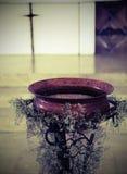 Oude doopdoopvont in koper Stock Afbeeldingen