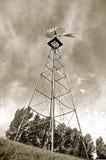 Oude door de wind aangedreven watertoren Royalty-vrije Stock Fotografie