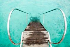 Oude doorgangsafdaling in het water Royalty-vrije Stock Afbeeldingen