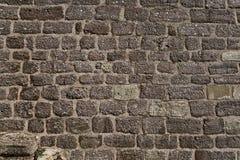 Oude doorstane bakstenen muur Royalty-vrije Stock Afbeeldingen