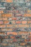 Oude doorstane bakstenen muur Stock Afbeelding