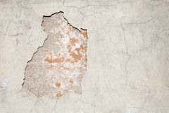 Oude doorstane concrete muur met schade en barsten royalty-vrije stock afbeelding