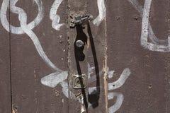 Oude doorstane deur met graffiti stock foto