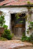 Oude doorstane deur op een verlaten bijgebouw Stock Fotografie