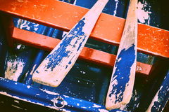 Oude doorstane houten boot met peddels royalty-vrije stock foto