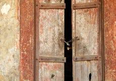 Oude Doorstane Houten Deur Stock Afbeeldingen