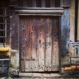 Oude doorstane houten deuropening royalty-vrije stock foto's