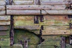 Oude doorstane houten planken, textuurachtergrond Stock Afbeelding