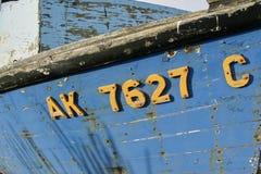 Oude doorstane houten vissersboot stock afbeelding