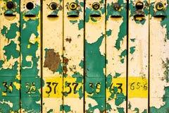 Oude doorstane ijzerbrievenbussen Stock Foto's