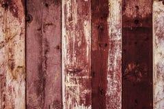 Oude doorstane rode geschilderde houten omheiningstextuur stock afbeeldingen