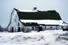 Oude doorstane sneeuw behandelde schuur Stock Afbeelding