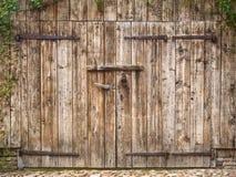 Oude doorstane staldeur Stock Fotografie