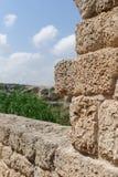 Oude doorstane steenmuur in archeologisch park in Israël Royalty-vrije Stock Fotografie