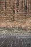 Oude doorstane straatmuur De achtergrond van het architectuurdetail Oude rode bakstenen muur stock afbeeldingen