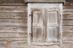 Oude doorstane traditionele houten vensterblinden Royalty-vrije Stock Afbeeldingen