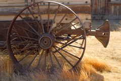 Oude doorstane wagen met geroest wiel Stock Afbeeldingen