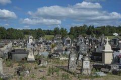 Oude dorpsbegraafplaats in het Franse platteland stock foto's