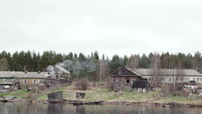 Oude dorpshuizen op de rivier Volga in Rusland. stock video