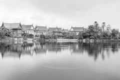 Oude Dorpsmening met de bezinning in de rivier Royalty-vrije Stock Fotografie