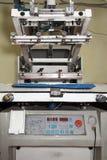 Oude drukmachine voor serigrafie stock afbeelding