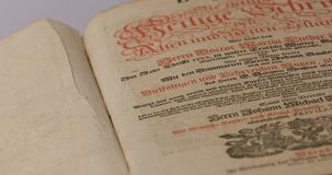 Oude Duitse Bijbel van 1747 met oude pagina's en houten dekking stock footage
