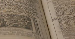 Oude Duitse Bijbel van 1747 met tekst en illustratie stock videobeelden