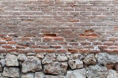 Oude echte textuur als achtergrond van een rode bakstenen muur met sommige stenen Stock Afbeelding