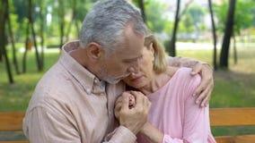 Oude echtgenoot die zieke vrouw, liefde tot oude dag, steun, zorg, samenhorigheid omhelzen royalty-vrije stock afbeeldingen