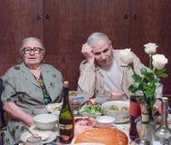 Oude echtgenoten bij de lijst na het feestelijke diner Royalty-vrije Stock Foto