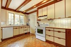 Oude eenvoudige witte en houten keuken Royalty-vrije Stock Afbeelding