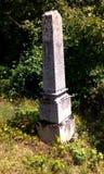 Oude eenzame grafsteen stock foto's