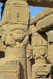 Oude Egyptische Hathor-beeldhouwwerken in tempel van Dendera Stock Afbeelding