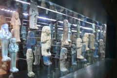 Oude Egyptische Miniatuurstandbeelden in een Museum royalty-vrije stock foto's