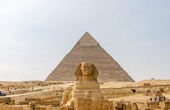 Oude Egyptische Piramide van Khafre en Grote Sfinx stock foto's