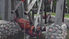 Oude eigengemaakte watermolen voorraad Een oude molen in het dorp voor het landbouwbedrijfwerk Het concept van de ontwikkeling stock videobeelden