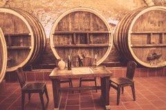 Oude eiken vaten in een oude wijnkelder stock afbeeldingen