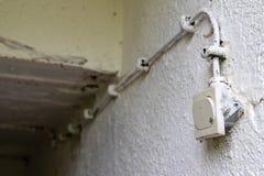 Oude elektrische installatie in een losgemaakt huis Lichte schakelaar in de kelderverdieping stock foto