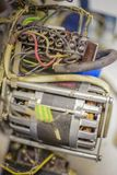 Oude elektrische motor met veel kabels stock foto