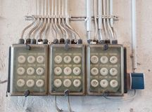 Oude elektrische zekeringkast Stock Foto's