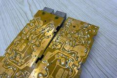Oude elektronische PC-raad Stop, schakelaar, spaander, bewerker, verbindende metaalsporen van de oude radioraad Oud vuil elektron royalty-vrije stock afbeeldingen