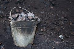 Oude emmer met stukken van steenkool Royalty-vrije Stock Foto