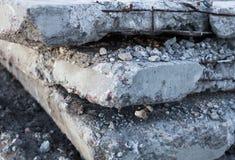 Oude en beschadigde concrete blokken Stock Fotografie