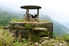 Oude en doorstane kanonbunker in Vietnam royalty-vrije stock foto's