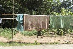 Oude en gebroken dekens die in een keet in noordelijk Laos drogen stock foto's