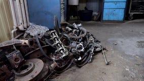 Oude en gebruikte motor van een autovervangstukken in de garage stock videobeelden