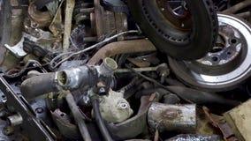 Oude en gebruikte motor van een autovervangstukken in de garage stock footage
